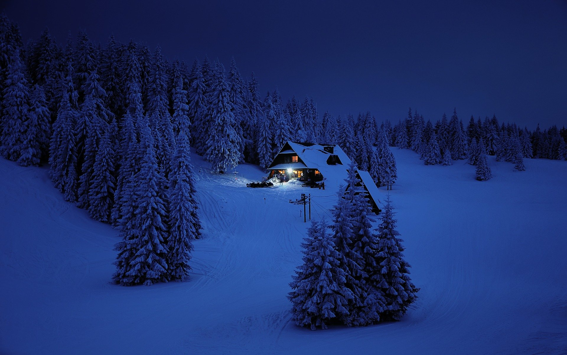 chalet dans la neige, night view, house in the snow